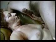 Домашний минет в горячем видео делает зрелая женщина и получает в рот сперму