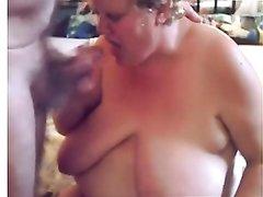 Зрелая толстуха с обвисшими сиськами на видео отлично сосёт член поклонника