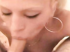 Возбуждающее домашнее порно от первого лица с шикарным минетом от нежной блондинки