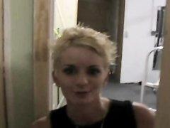 Блондинка с короткой стрижкой в интимном видео умело сосёт и раздвигает ноги