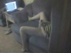 За домашней мастурбацией домохозяйки подглядывает поклонник и снимает видео