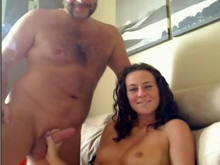 Красивая жена дрочит ствол довольного мужа онлайн на вебкамеру для зрителей