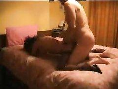 Британская пара, оставшись наедине нашла время лечь в постель для домашнего секса