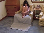 Брюнетка в домашнем анальном порно старательно сосёт член и смазывает его слюной