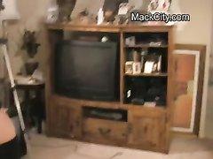 В любительском видео негритянка с большими сиськами показывает волосатую щель
