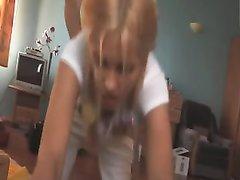 Загорелая блондинка содрогается от удовольствия в ходе домашнего анального секса