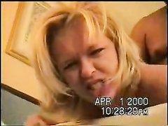 Зрелую блондинку угостили порцией любительского секса и накачали спермой