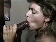 Негр в межрассовом домашнем видео умело натягивает белую проститутку