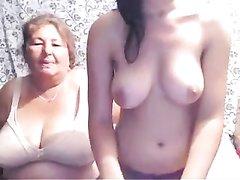 Зрелая толстуха и молодая краля на пару разделись онлайн перед вебкамерой