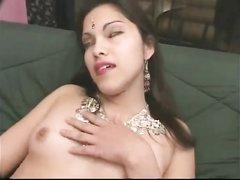 Индийская танцовщица в любительском видео сосёт и трахается с поклонником