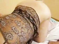Блондинка с повязкой на глазах в домашнем порно сосёт член крупным планом