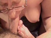 Очкастая зрелая дама в любительском порно в 69 позе делает волшебный минет