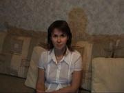 В русском любительском порно зрелая домохозяйка крупным планом показывает волосатую киску