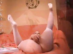 Фея с маленькими сиськами и широкими бёдрами задрав ноги дрочит разными секс игрушками