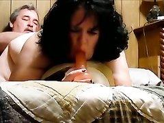 Полная и зрелая брюнетка требует от мужа домашнего секса и порцию спермы