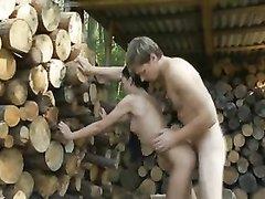 Домашнее порно снято на даче и парочка трахается во дворе среди штабелей дров