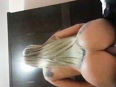 Длинноволосая бразильская блондинка с тату в любительском порно оседлала член