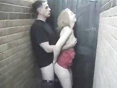 Зрелая соседка пригласила женатого соседа для домашнего секса и сразу отсосала
