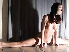 Голая гимнастка сделав шпагат села на большую секс игрушку и покачивается