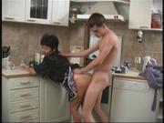 Зрелая русская кухарка не против домашнего секса с молодым хозяином на кухне