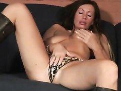 Зрелая брюнетка в домашнем порно шалит с дилдо и отдаётся мускулистому парню