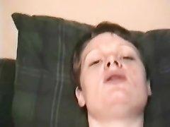 Зрелая британка с широкой попой балдеет от домашнего секса на краю постели