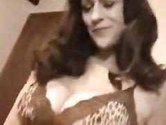 Зрелая и грудастая куртизанка в домашнем видео после минета встала в позу