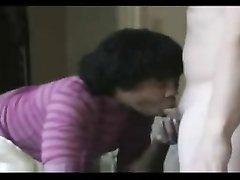 Любительское межрассовое видео с негритянкой сосущей член и трахающейся на карачках
