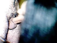 В турецком порно пышная брюнетка делает любительский минет стоя на коленях