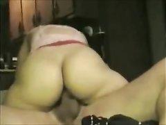 Брюнетка с большой попой оседлала член в любительском порно и ловко подпрыгивает
