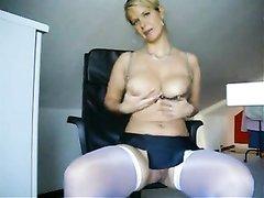 Блондинка в чулках в офисном видео сделала любительскую мастурбацию клитора