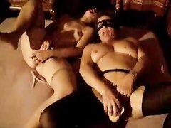 Упитанные лесбиянки в любительском порно шалят с фаллосами и дрочат киски