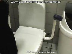 Гламурная кокетка не против любительского секса в общественном туалете
