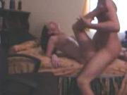 Поклонница минета в любительском видео берёт член друга в рот для отсоса