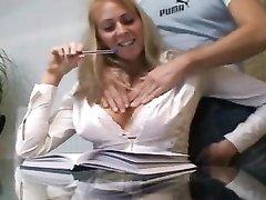 Симпатичная блондинка стала звездой любительского порно после умелого минета