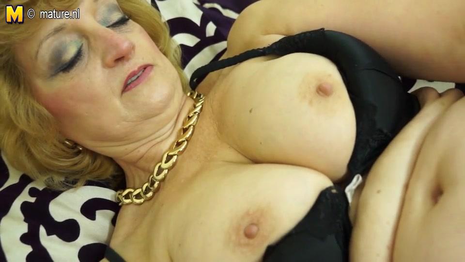 Домашнее порно с соло сценой от зрелой блондинки с большими сиськами купившей вибратор