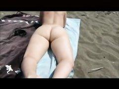 Зрелой даме повезло встретить на пляже партнёра для любительского секса