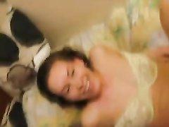 Не красивая дама в домашнем видео берёт в рот ствол и принимает в розовую киску