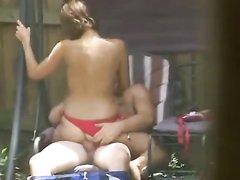 Дачное видео с интимом молодой парочки снимает из-за забора сосед с камерой