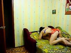 Зрелая развратница в домашнем порно утром пристала к уснувшему поклоннику