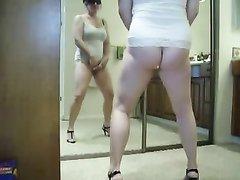 Скрытая камера записала на видео мастурбацию зрелой леди в позиции стоя