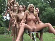 Групповое видео эротической фото сессии толпы голых дам под открытым небом