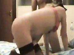 Умелая блондинка в нижнем белье в домашнем анальном видео стонет от члена в попе