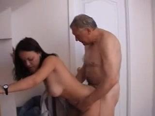 Зрелый бизнесмен в домашнем видео натягивает относительно молодую брюнетку