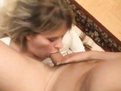 Русское домашнее порно со зрелой домохозяйкой стартует с умелого минета