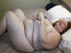Толстая пара в ходе домашнего секса с оральными ласками использует интимные игрушки