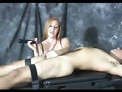 Домашнее видео с женским доминированием от пышки, мастурбирующей член связанного парня