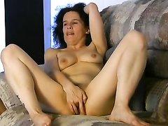 Зрелая брюнетка с обвисшими сиськами балдеет от любительской мастурбации видео