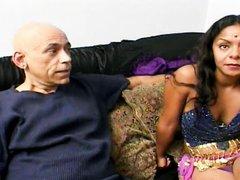 Индийское домашнее порно со зрелой смуглянкой, которой кончают на плечо