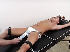 Модель в видео с БДСМ привязали и дрочат киску вибратором поверх трусиков